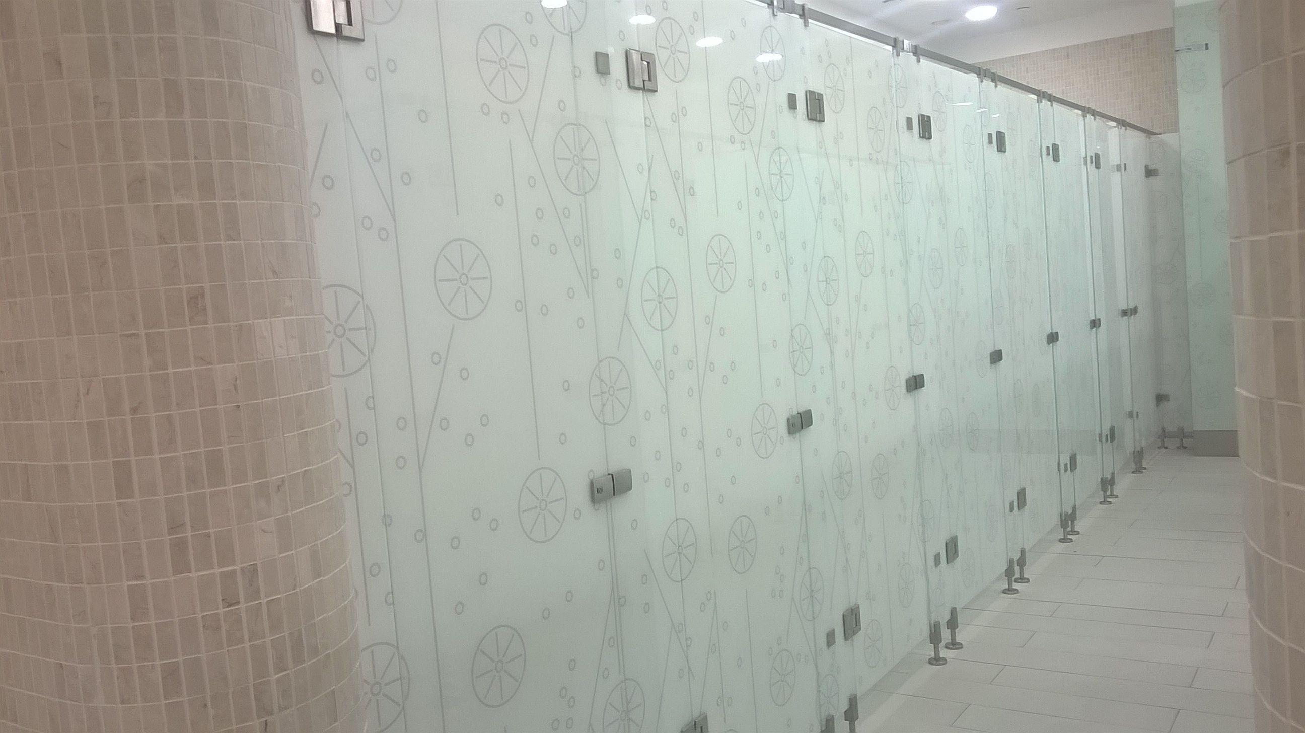 Toaleta-cu-sticla-laminata-cu-print-la-interior