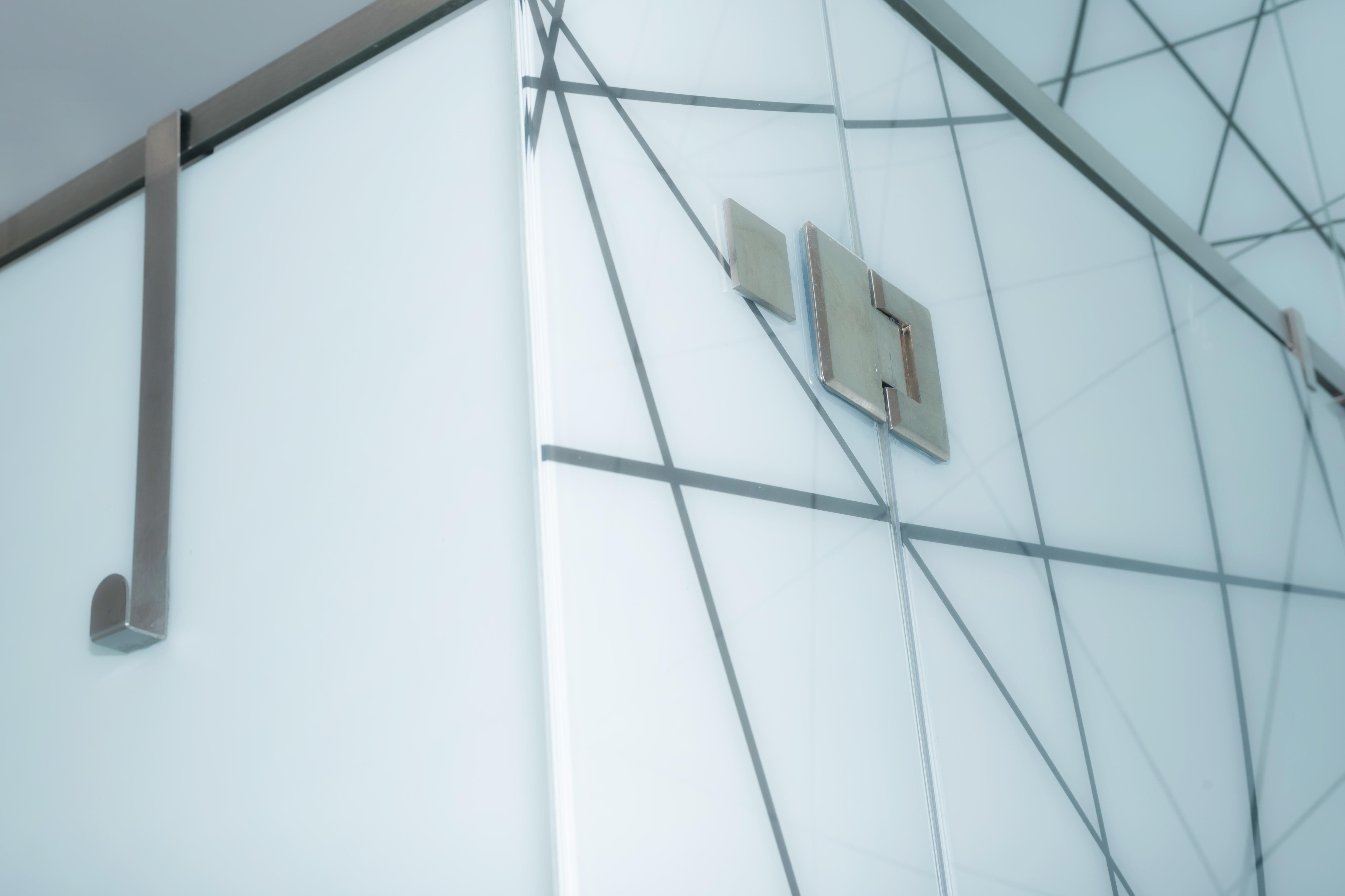 Compartimentari sticla laminata cu folie alba 4.2.4 mm transparent design mall vitan